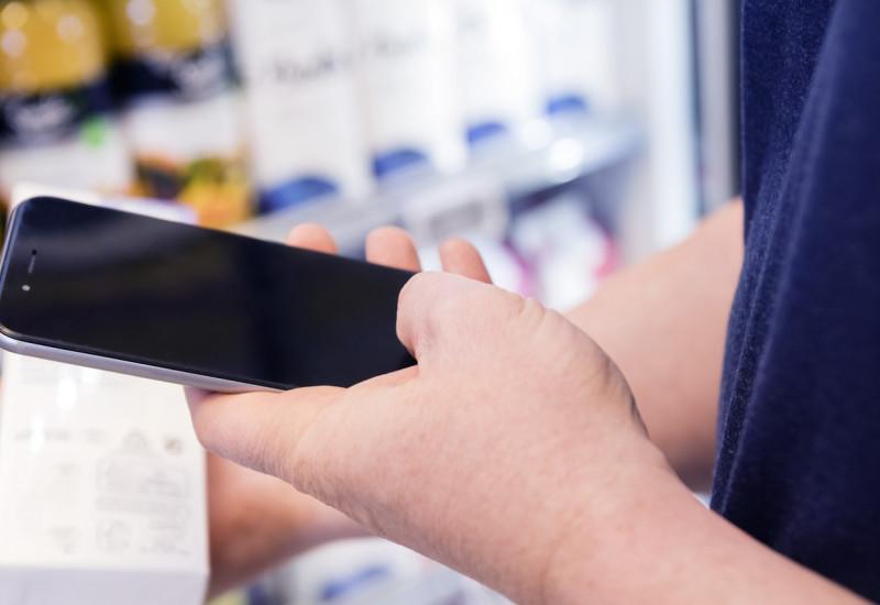 Ein Barcode auf einem Produkt wir mit einem Smartphone gescannt