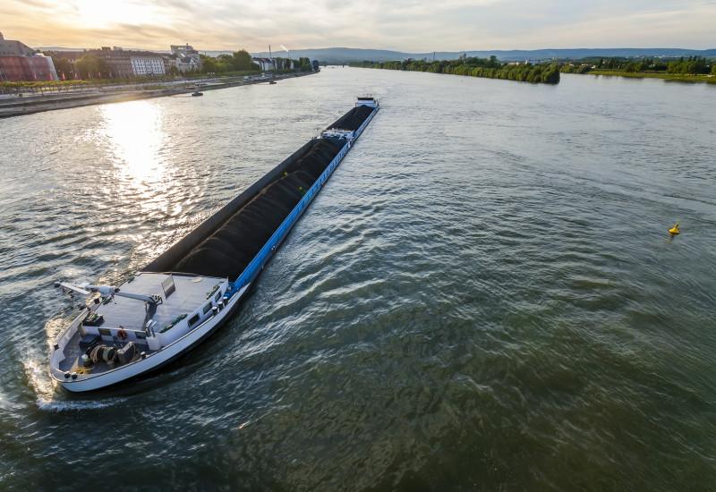 Ein Binnenschiff fährt über den Rhein.