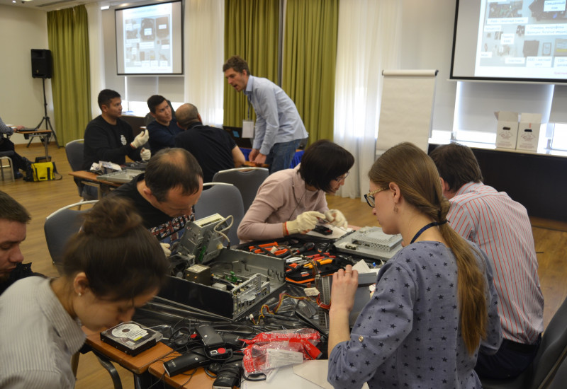 participants of the workshop repairing computers
