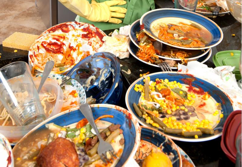 Lebensmittelreste auf Tellern