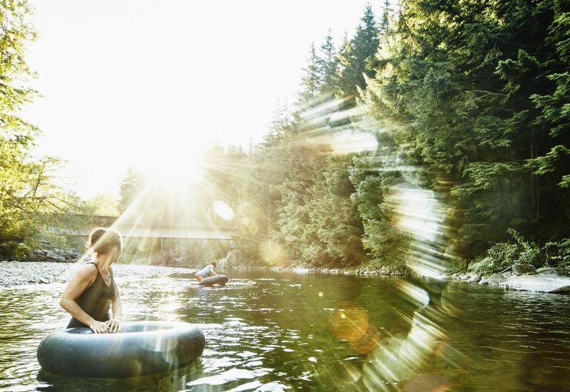 Eine Frau badet in einem Fluss