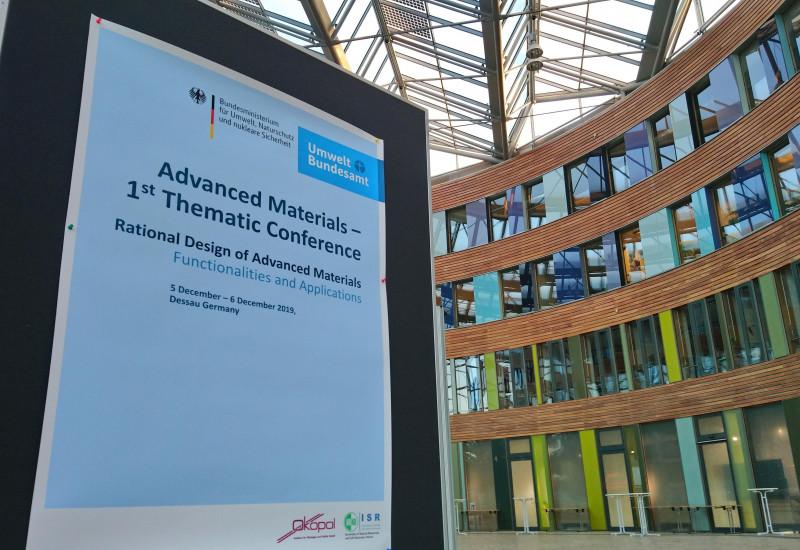 Das Foyer des UBA mit einem Plakat zur Konferenz