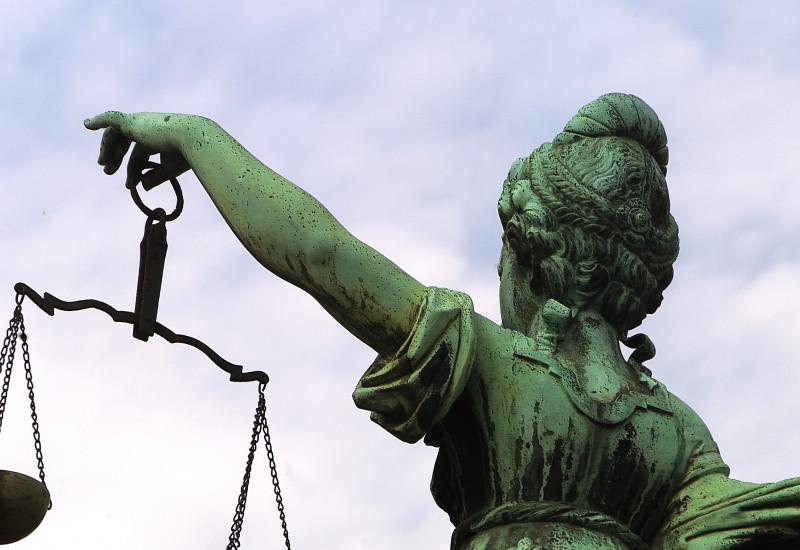 Eine Statue der Jusztizia