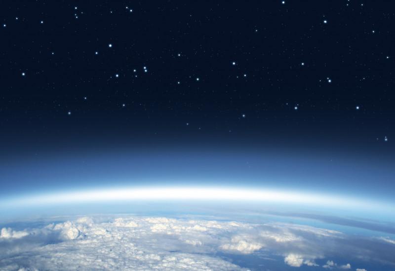 Die Erdkugel mit der blauen Atmosphäre vor dem schwarzen Weltall