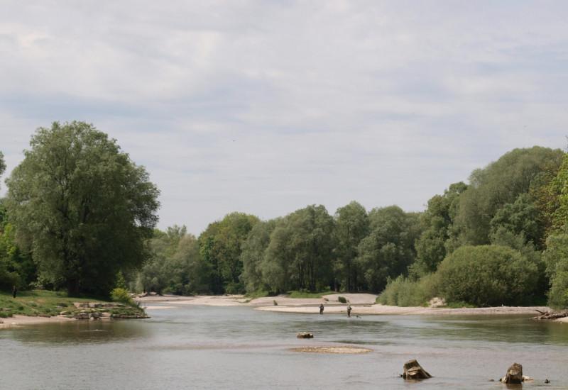 Ein Fluss im Sonnenschein