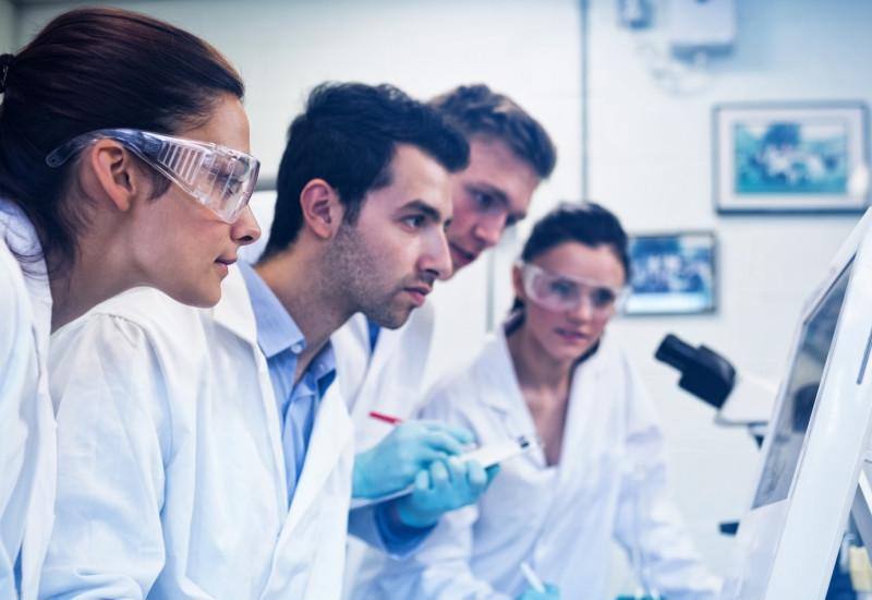 Ein Labor mit Mitarbeitern