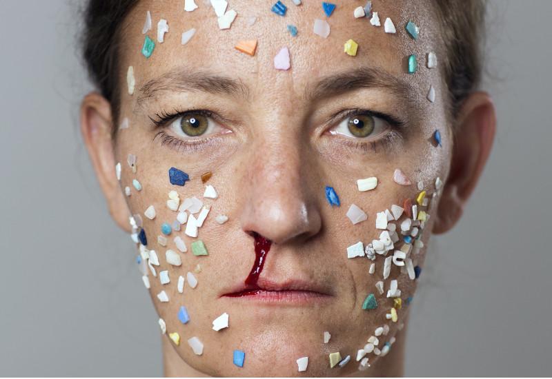 Ein Frauengesicht mit Plastikstücken