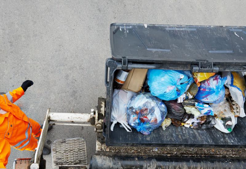 Ein überquellender Abfalleimer