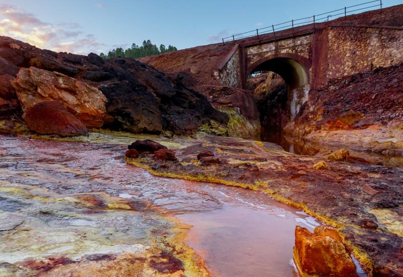 Der Fluss Rio Tinto in Spanien mit rotem Ufer.