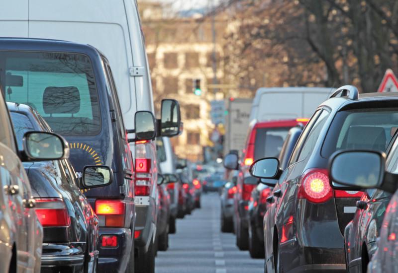 Eine Straße, in der sich Autos stauen.