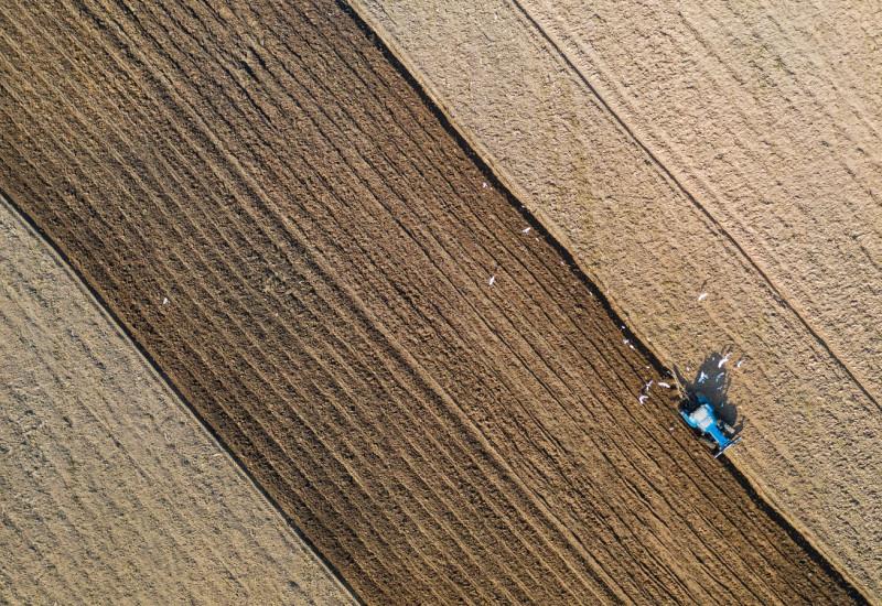 Ein Traktor fährt über ein Feld