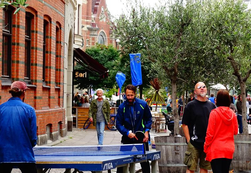Menschen spielen Tischtennis auf der Straße
