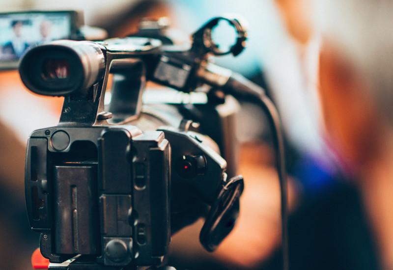 Eine Videokamera.
