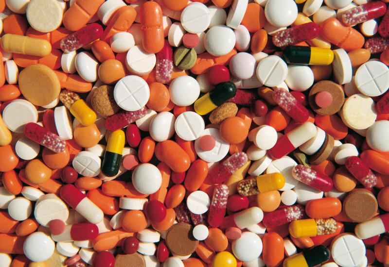 Ein Haufen bunter Pillen.