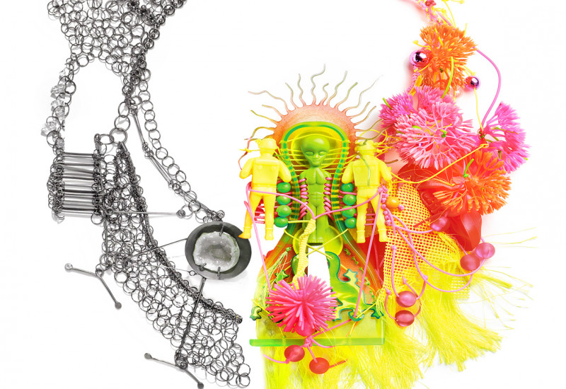 buntes Kunstwerk aus Kunststoff, Acryl, Spielzeugfiguren, recycelter Silberschmuck