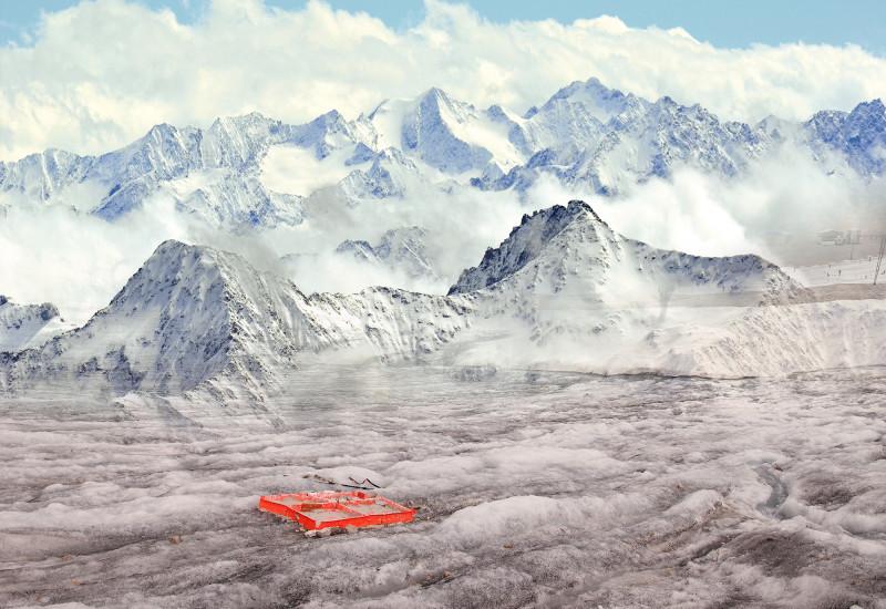 Die Collage zeigt zwei Fotos von der Zugspitze. Auf dem oberen ist der teilweise weiße Berg zu sehen mit mehreren Masten für die Seilbahn. Das untere Bild zeigt eine Wanderausrüstung im Schnee liegen.