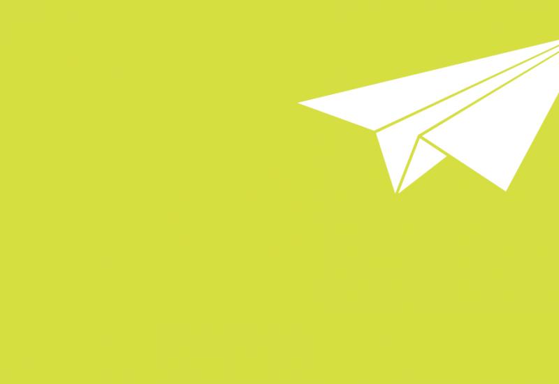 Grafik mit grünem Hintergrund. Darauf ein weißer Papierflieger.