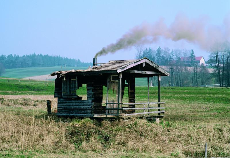 alte Hütte in einem Feld