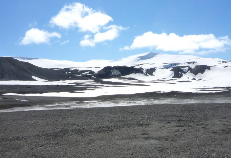 Antarktisches Festland mit schnee- und eisbedeckten Bergen im Hintergrund
