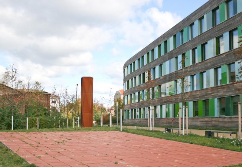 Ein großes Kreuzworträtsel aus Terrakottaplatten ziert das UBA-Hauptgebäude in Dessau