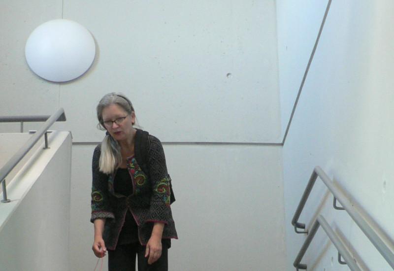 """Die """"Wort- und Textbildnerin"""" Christiane Keppler rollt """"den Roten Faden"""" eine Treppe hinunter"""