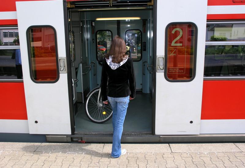 Frau steigt in S-Bahn
