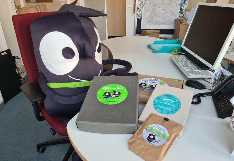 Maskottchen Edgar mit den Materialien der EMW