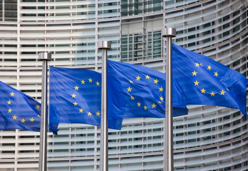 Europaflaggen wehen im Wind vor einem Regierungsgebäude