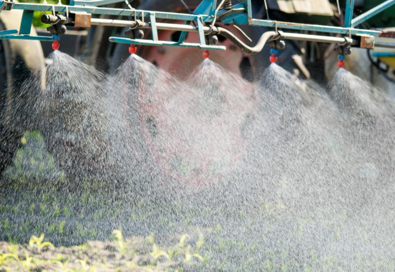 Feld wird mit Pflanzenschutzmitteln gespritzt