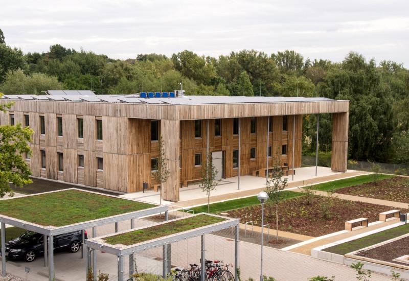 modernes Bürogebäude aus umweltfreundlichen Baumaterialien an einem Berliner Standort des UBA (im Bezirk Berlin-Marienfelde)