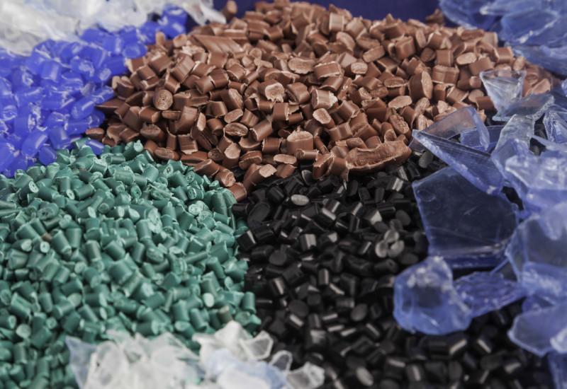 Verschiedene Kunststoffrezyklate, die aufgehäuft sind