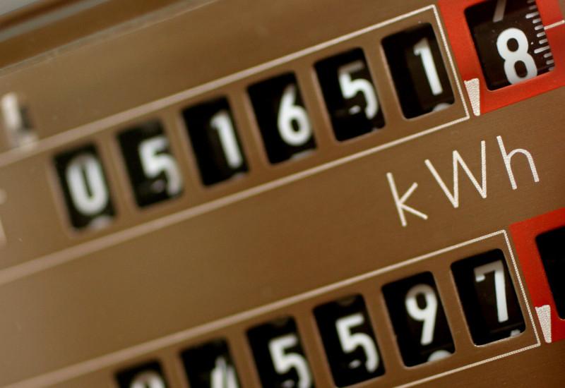 Bild zeigt einen analogen, alten Zweistromzähler (messen Stromverbrauch für zwei unterschiedliche Tarife), bei dem sich die Rädchen drehen