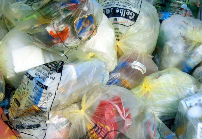 Gelbe Säcke mit Verpackungsmüll