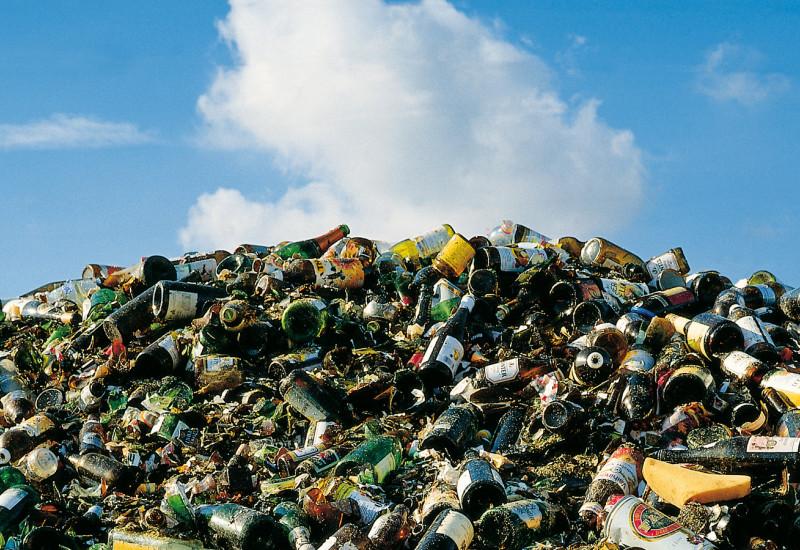 Müllhalde mit Glasflaschen und Getränkedosen