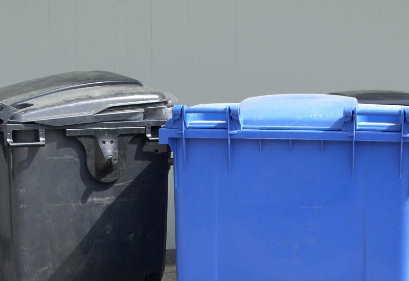 Drei große Müllcontainer für Altpapier und Restmüll
