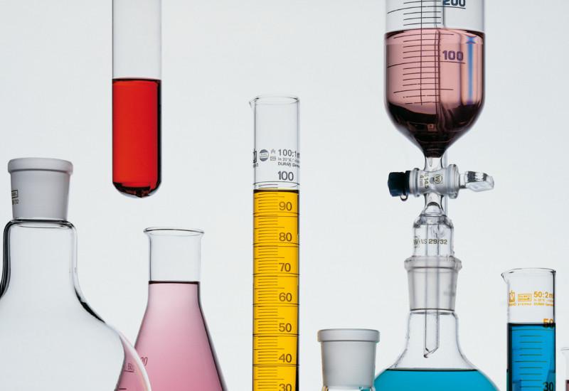 Verschiedenfarbige Flüssigkeiten in Glaskolben