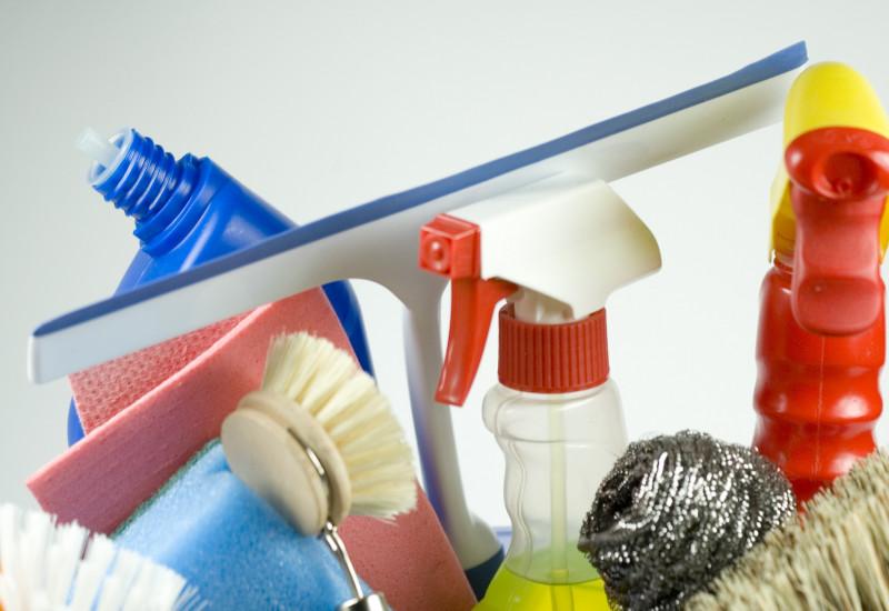 Unterschiedliche Putzmittel und -utensilien für den Hausputz
