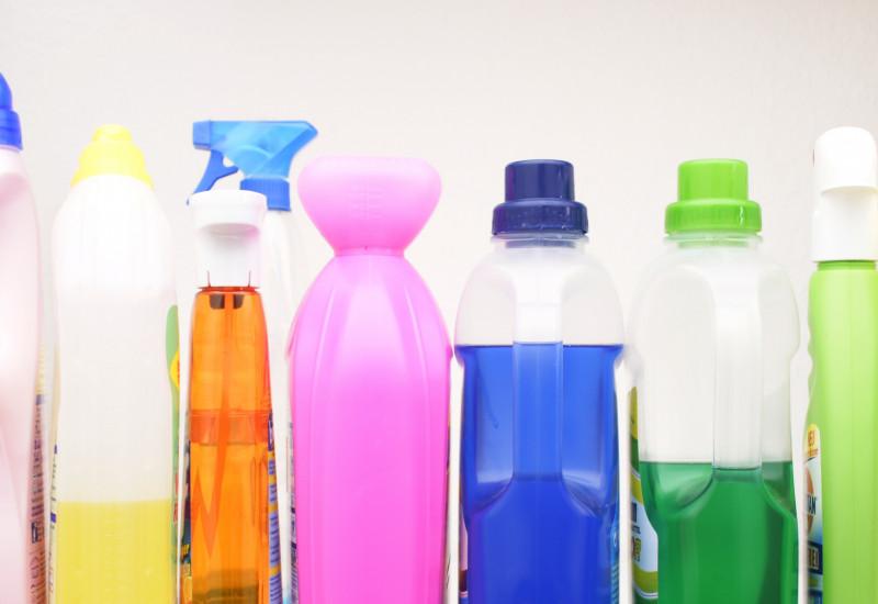 Verschiedenene flüssige Wasch- und Putzmittel