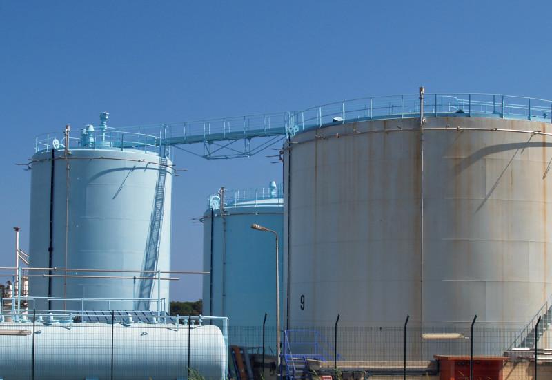 Silos einer Ölraffinerie