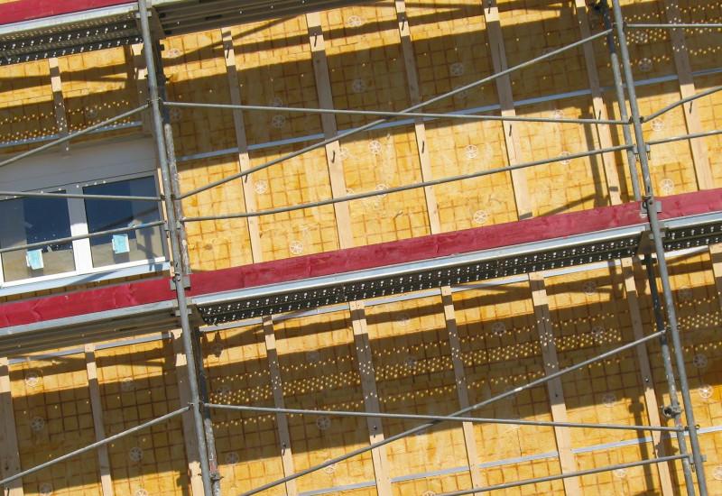 Baugerüst vor einer wämegedämmten Fassade