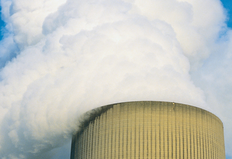 Schornstein eines Kraftwerks vor blauem Himmel