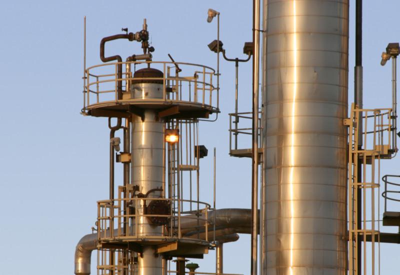 Nahaufnahme der Masten und Röhre einer Raffinerie