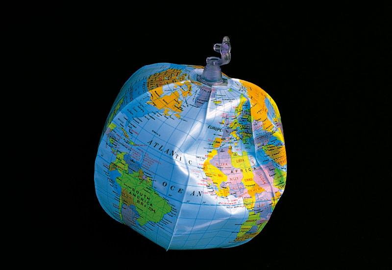 Aufblasbarer Wasserball in Form eines Globus auf einem schwarzen Hintergrund