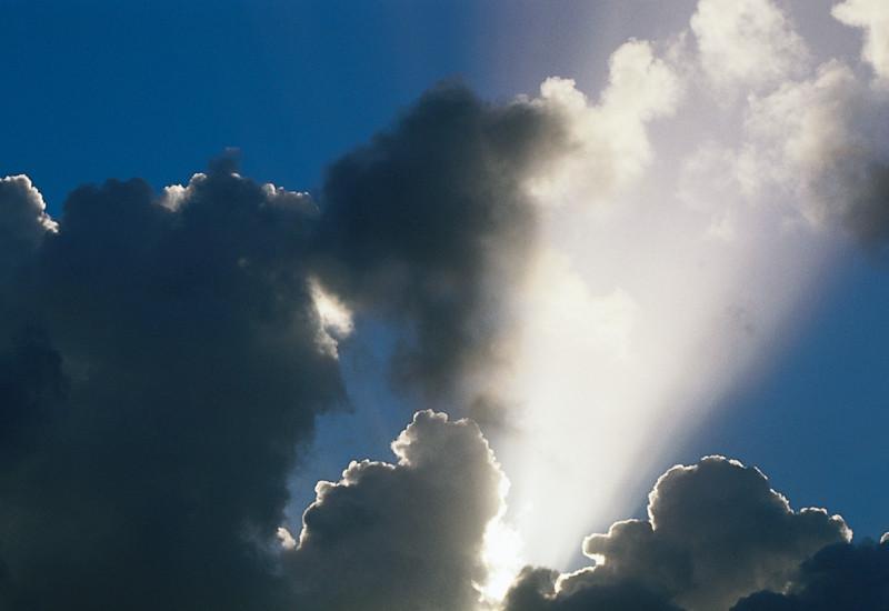 Bewölkter Himmel mit einem Sonnenstrahl