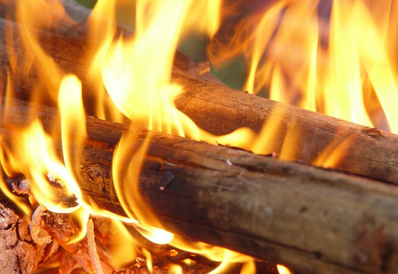Feuer mit Holzscheiten