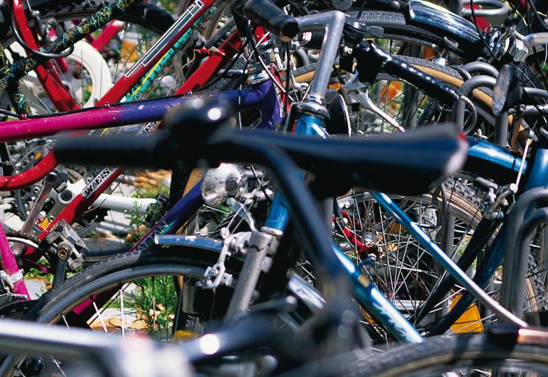 viele parkende Fahrräder nebeneinander
