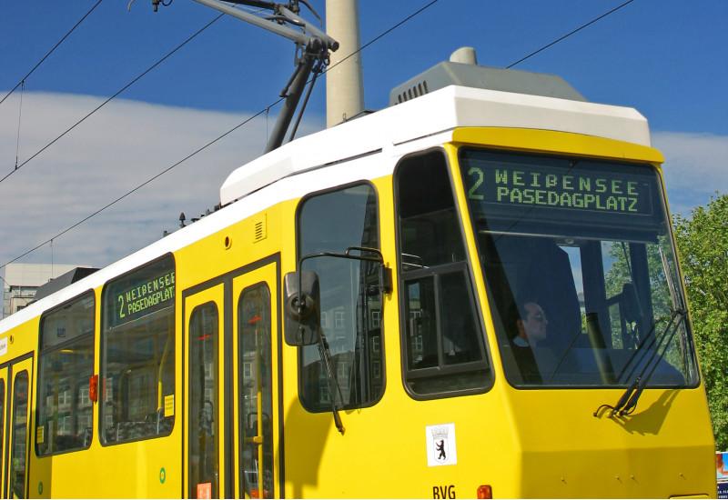Straßenbahn in Berlin. Im Hintergrund der Fernsehturm