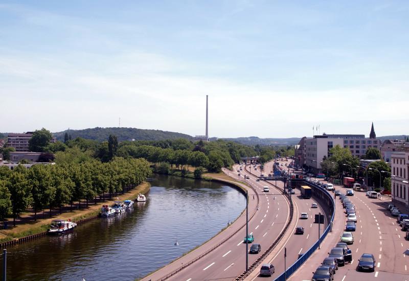 Straße am Fluss