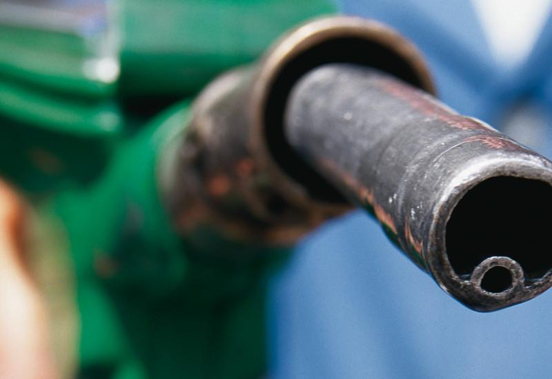 Nahaufnahme einer Tankpistole mit grünem Griff