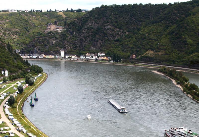 Rheintal: auf dem Wasser ein Ausflugsdampfer und ein Transportschiff